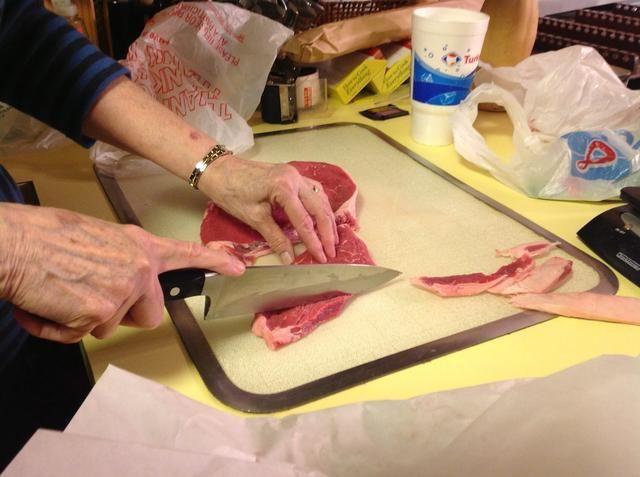 Enjuague los filetes y recortar la grasa