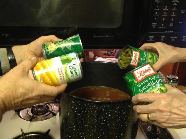Escurrir el agua de latas y añadir a la olla