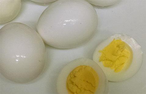Después de dejar que los huevos se enfríen durante 15 minutos, pelar y sirven o se preparan para lo que sea la receta que desea utilizar en.
