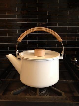 Coge una taza de té o de la caldera de agua.