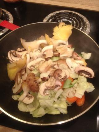 Ahora, de vuelta a la sartén! Con fuego medio-alto, agregue 2 cucharadas de aceite de oliva. Agregar todas las verduras cortadas (excepto para el ajo y el jengibre) y se agita para arriba. Asegúrese de que su estancia en fuego medio-alto a partir de ahora