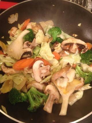 Mezcle un poco más y luego agregar la salsa de soja.