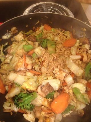 Todo despertó y todo parece hecho. Ahora degustar un trozo de verdura. Si su suave, añadir la soja más dulce o de soja. De hecho, me agregué una cucharada de sazonador de setas en este punto.