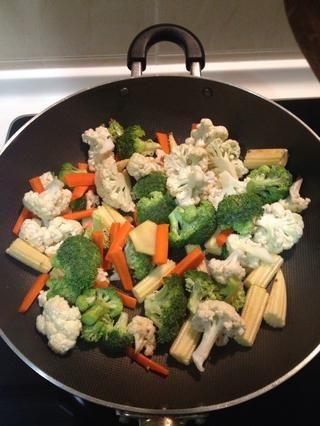 Añadir todas las verduras y saltear por un minuto.