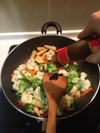 Añadir la salsa de ostras y mezclar bien.