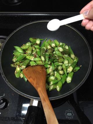 Usted no quiere a más de cocinar su okra, ya que se hará más y más almidón. Añadir sal a su gusto.
