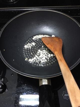 Añadir el ajo y revuelva freír hasta fragancia.