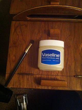 Paso dos Usando un dedo o pequeño pincel de maquillaje, poner un poco de vaselina en sus cuellos de botella antes de poner la tapa de nuevo. Esto hará que sea deslizan fuera próxima vez ronda :)