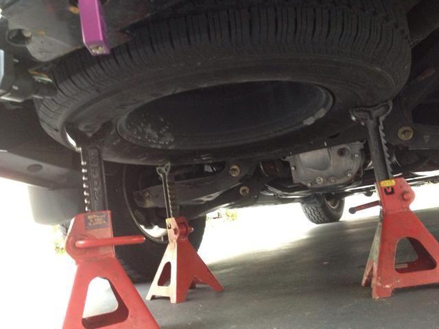 Apoyé el neumático con algunos soportes del gato