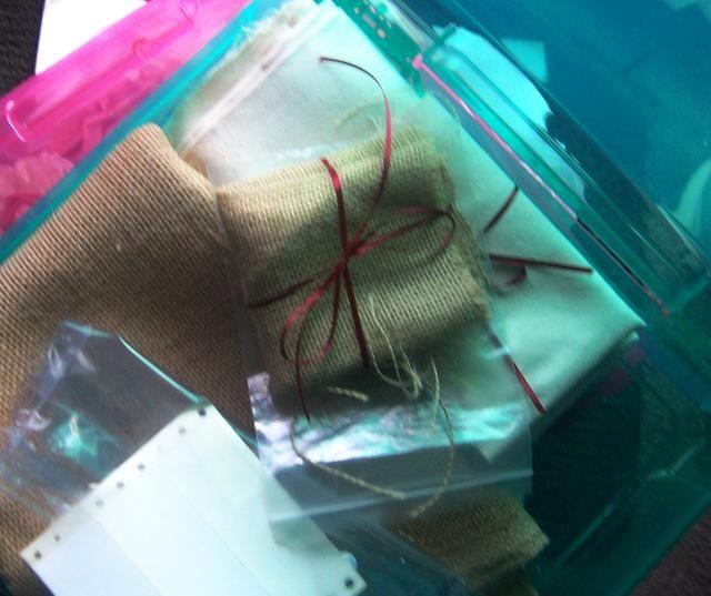Fíjese en las bolsas de plástico que yo uso para los astilleros más pequeños. Salvé estos de embalaje del producto que es ideal para la reutilización de organización y almacenamiento. Así que compruebe siempre los envases antes de tirarlo a la basura!