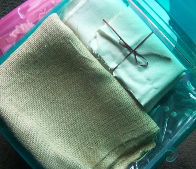 Este caso es perfecto para los astilleros más grandes de tela. Hay otra bolsa de plástico que tiene broches de presión para el cierre fácil que permanece bloqueado. Además, si usted tiene etiquetas que son impresionantes para su uso en bolsas de almacenamiento.