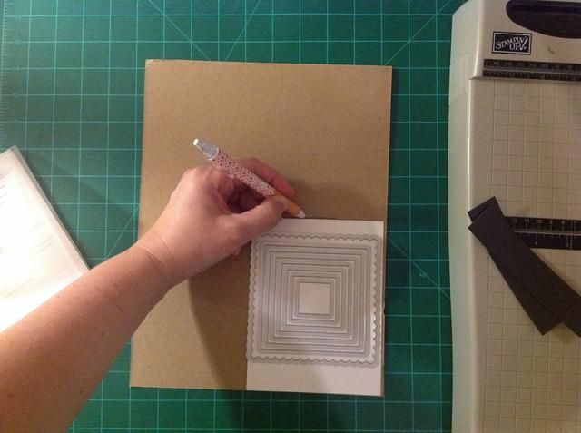 Traza un trozo de cartón para que quepa en el sobre de almacenamiento para sus matrices.