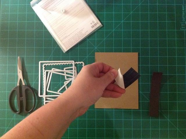 Corte dos tiras de cinta magnética y se adhieren al cartón se corta.