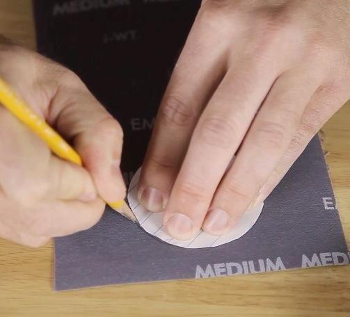 A continuación, repita el proceso con el papel de borrador y papel de lija.
