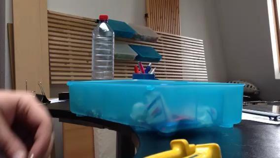 Este es un video de lo fácil y rápido que es doblar los clips de la carpeta.