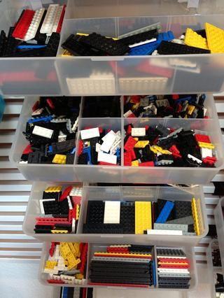 Las cajas tienen compartimentos variables, lo cual es genial para LEGO.