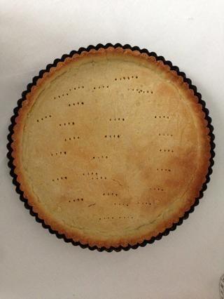 Tiempo para cocinar la corteza z. Extender la masa en un molde base desmontable. Y cocine por 15 minutos en un horno precalentado a 180 C O como usted está acostumbrado a hacer.