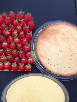 Aquí están sus composants. Cocinado corteza, las fresas y la crema pastelera