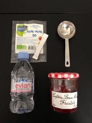 Acristalamiento la tarta. Ingredientes: mermelada de fresa 3tbsp + 3tbsp agua + 2 g de agar agar o gelatina. Hervir enero un agua añadir el agar agar. Disolver dejar unos minutos para enfriar