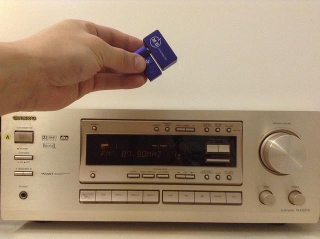 Este gadget de iPhoneFMTransmitter.com proporciona una solución sencilla y económica para conectar rápidamente su nuevo iPhone 6 y reproducir música en streaming a través de su equipo de música antigua