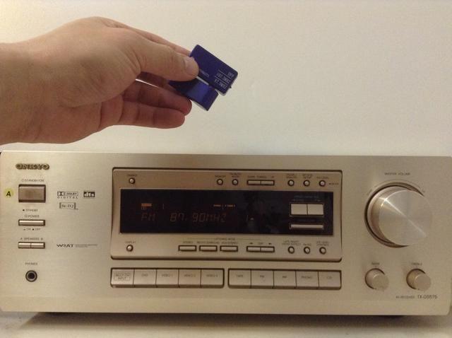 Para difundir la música en streaming es fácil con este transmisor. Simplemente igualar la emisora memorizada para el ajuste correspondiente en el transmisor. Ya está listo para enviar streaming de música a través del estéreo de su casa.