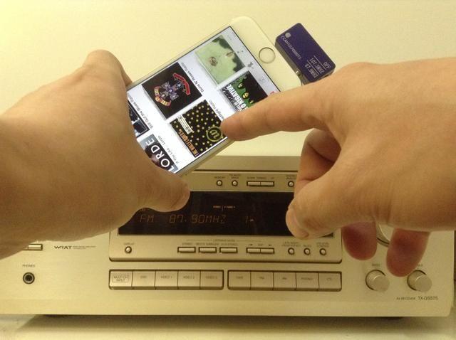 Una vez que la emisora memorizada se establece, usted puede elegir su música en streaming de Pandora, Spotify, iTunes Radio, o iHeartRadio y escuchar a través de los altavoces estéreos caseros.