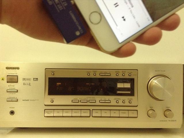 Ahora eres libre para moverse con el iPhone 6 en el bolsillo. Música será transmitido desde tu iPhone a través de su radio FM estéreo doméstico.