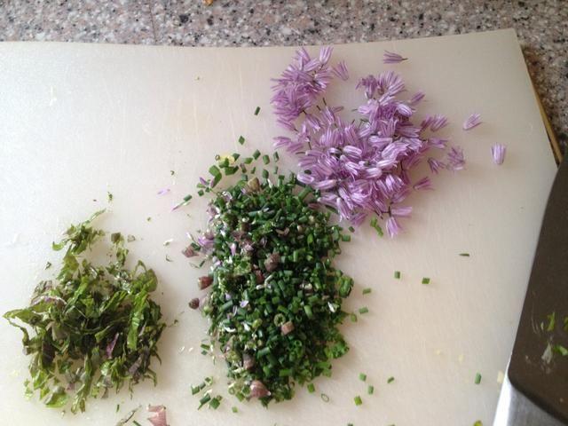 Las hierbas de la huerta: cebolletas + flores de las cebolletas y un poco de menta. Todo para unirse a las alcachofas de Jerusalén.