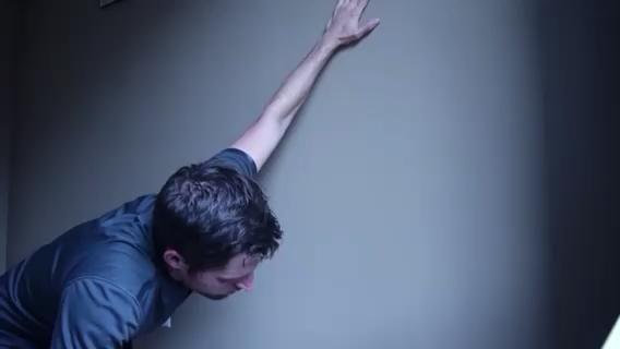 PECTORALES - arrodillan junto a una pared con la mano alta contra la pared. Moverse, más cerca o más lejos de la pared y agacharse un poco para cambiar la intensidad de la recta final. Repita cada lado.