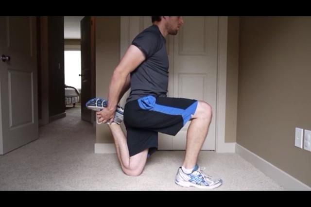 CUADRICEPS - Tire suavemente en el tobillo espalda, y empujar la cadera hacia adelante.