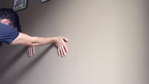ANTEBRAZO STRETCH. Encontrar una pared y empujar sus manos en contra de ella. Tus brazos deben estar rectos y los dedos apuntando hacia el suelo. Las manos deben ser al menos tan alto como sus hombros.