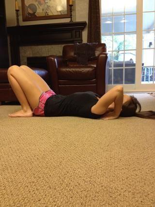 Acuéstese en el suelo y doblar los brazos y las piernas, colocándolas como cerca de su sino y los hombros como sea posible.