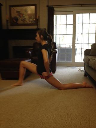 Empuje sus caderas hacia delante. Su rodilla debe estar justo encima de su tobillo. Esto estirará el flexor de la cadera.