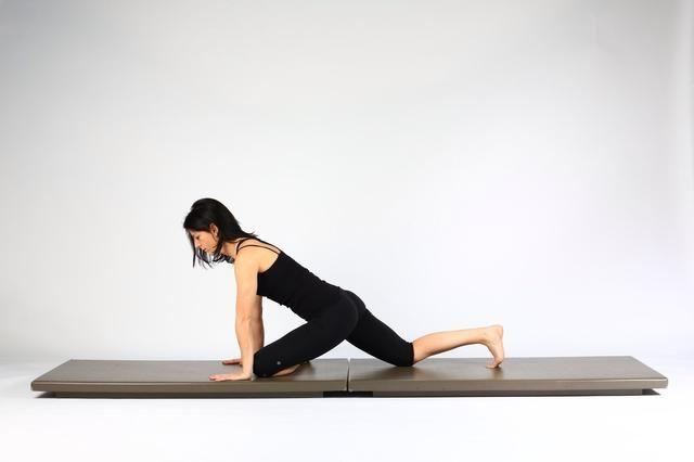 Variación 1. Deslice la rodilla izquierda entre sus manos y sacar el pie izquierdo hacia el muslo derecho.