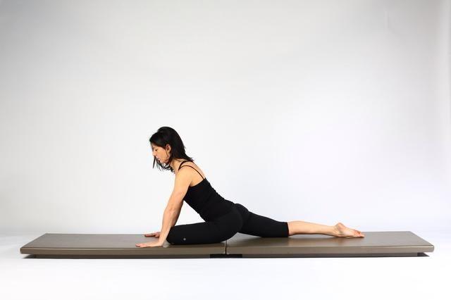 Variación 1. Deslice la pierna derecha hacia atrás tanto como sea posible tratando de mantener la rodilla derecha y la plaza de la cadera al suelo.