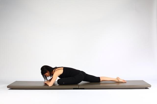 Variación 1.Lower su cuerpo hacia el muslo izquierdo y tratar de respirar profundamente y mantenga de 1-4 minutos. Nota- si siente dolor en la rodilla izquierda empujar su rodilla en el suelo con el codo izquierdo