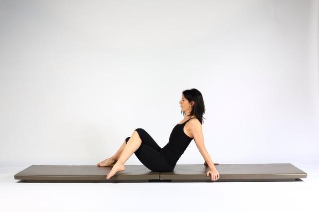 Variación 2 (más intenso). Siéntese apoyado con las manos en el suelo detrás de usted. Cruzar las piernas como un