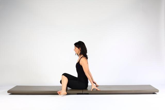 Variación 2.Push su cuerpo hacia adelante por lo que están sentados alto y una rodilla está encima de la otra. (Nota-si usted es apretado los pies pueden estar más cerca de las piernas que en la imagen.)