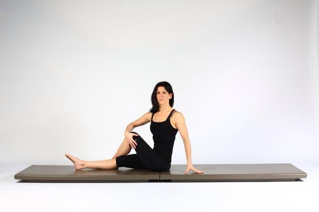 Variación 3. Siéntese pierna izquierda alto y cruzado por delante del derecho. Coloque la mano derecha sobre la rodilla izquierda tirando de él hacia la derecha en una al cuerpo. (Añade una rotación de la columna vertebral también).