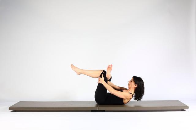 Variación 4. Acuéstese de espalda y cruzar pie derecho sobre la rodilla izquierda. Mantenga muslo detrás del izquierdo y tire de su muslo cerca de su cuerpo. (Jefe puede ser hacia arriba o hacia abajo).