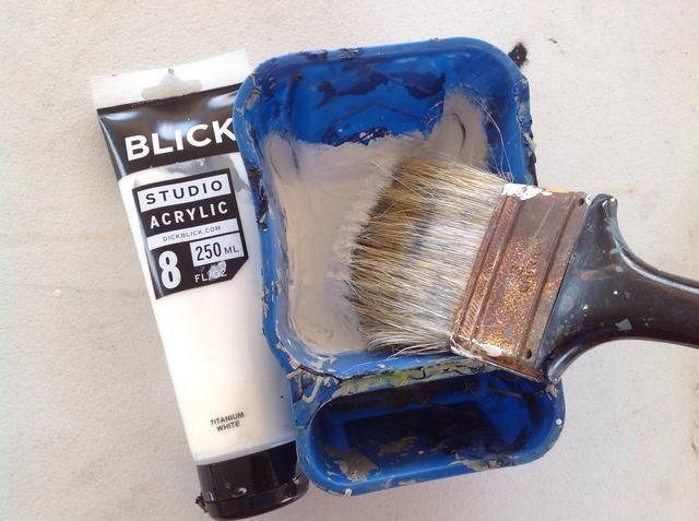Mezcle una pequeña cantidad de agua para aflojar la pintura. O utilizar la pintura casa,'s usually thinner.