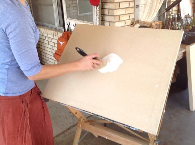 Desde el centro, pintura en un movimiento circular para trabajar la pintura en las fibras.