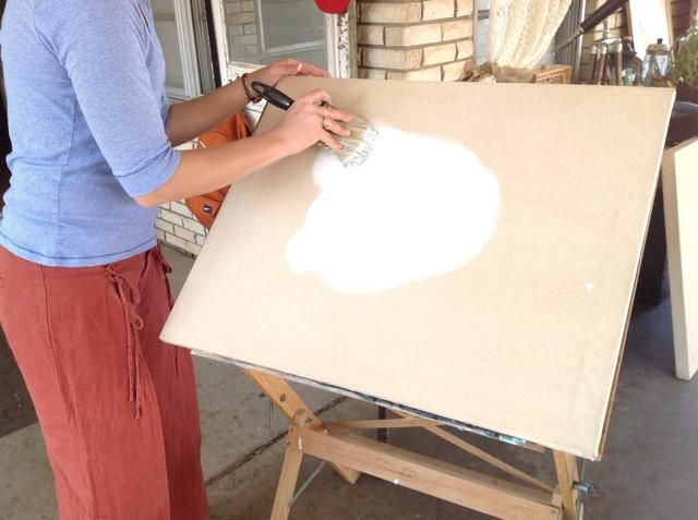 La fina capa de pintura puede sumergirse en un poco, pero su objetivo final es que la pintura se aplica más tarde no penetre en el lienzo.