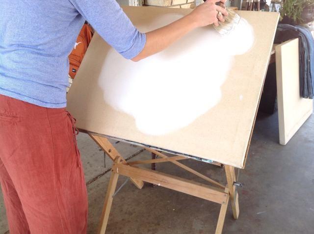 Movimientos circulares ayudan el trabajo en la pintura, mientras que la prevención de las pinceladas.