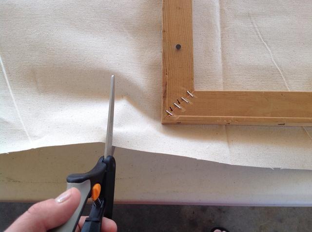 Cortar el exceso de tela de los dos bordes opuestos. Asegúrese de no cortar demasiado!