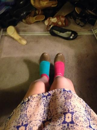 Ponga sus zapatos. Ellos estarán muy, muy ajustado, pero que's good. (I look stylish don't I?) ��