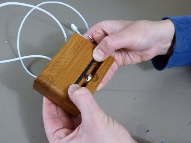 Ponga la barra de nuevo en (si utiliza un teléfono desnuda). O almacenarlo en la parte posterior de la base si tiene caso en su teléfono.