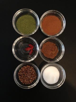 Especias que le darán el sabor distintivo de esta receta. Menta seca, semillas de cilantro, canela, siete especias, sal y algunos copos de chile.
