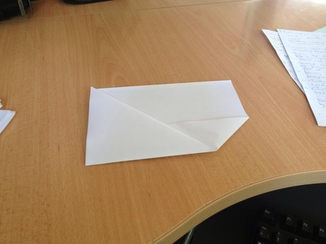 Continuar con la parte triangular doblándola hacia el lado rectangular