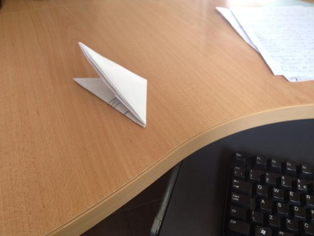Ahora bien, puesto que es un triángulo completo, doblarla sobre la mitad para hacer un triángulo más pequeño